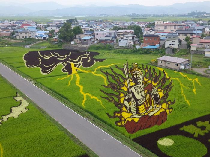 Сказочные герои на рисовых полях Японии