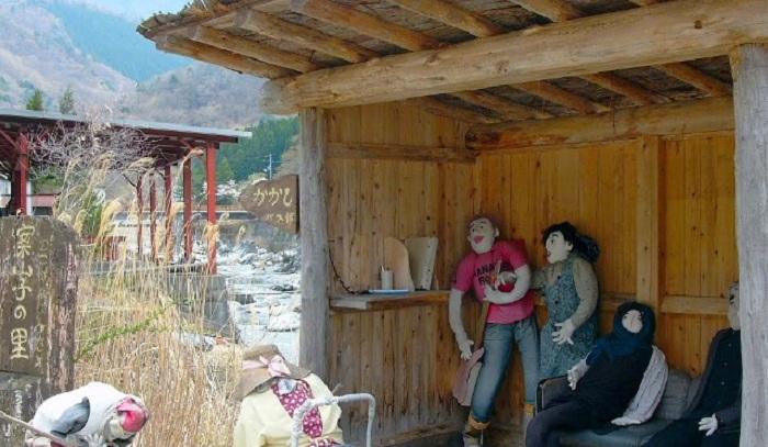 Деревня с куклами в качестве жителей.