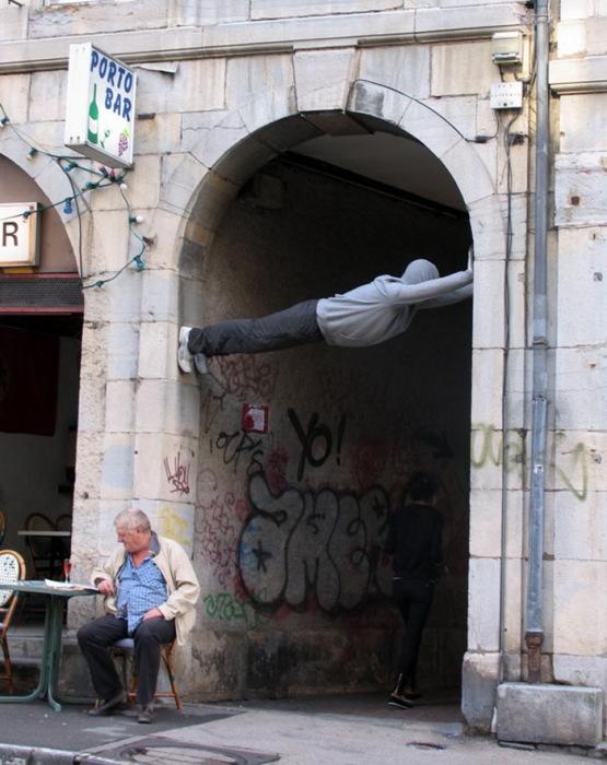 человек в арке