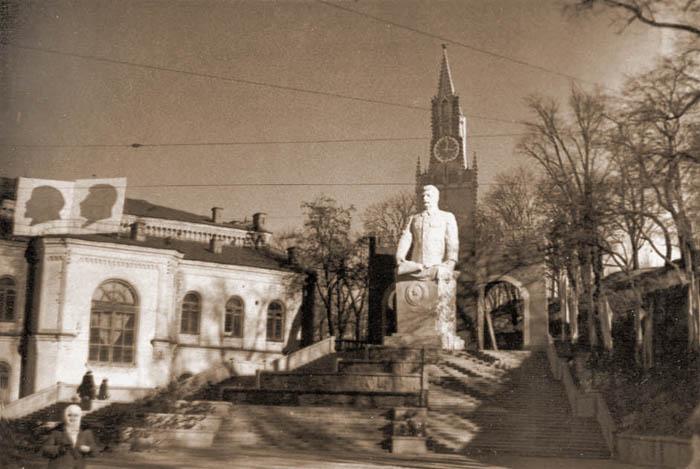 Памятник на площади Сталина в Киеве. Установлен в 1952, снесён в 1960-х.