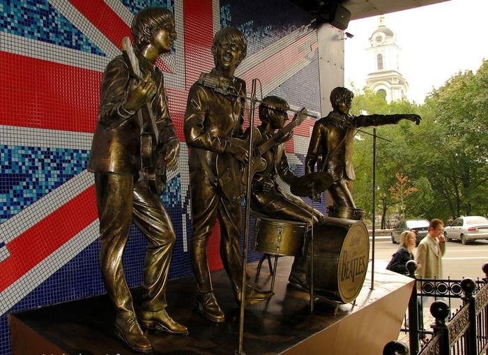 Памятник The Beatles в Донецке.