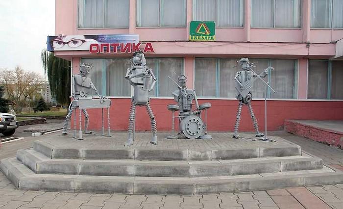 Памятник The Beatles в Гомеле (Беларусь).