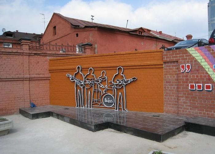 Памятник The Beatles в Екатеринбурге.