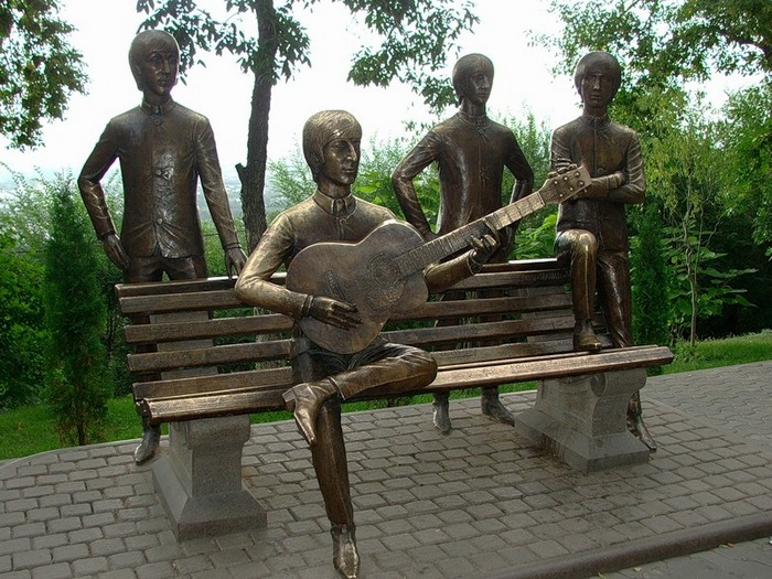 Памятник The Beatles на горе Кок-Тобе (Казахстан).