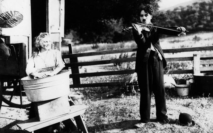 Charlie Chaplin estava tomando aulas de violino.
