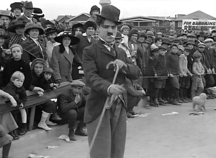 Charlie Chaplin na corrida de estrada de cinema para crianças (1914)