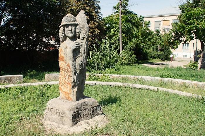 Памятник Джону Леннону в Могилеве-Подольском (Украина).