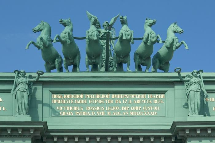 Фрагмент Нарвской триумфальной арки, воздвигнутой в Санкт-Петербурге в честь победы в Отечественной войне 1812 года.