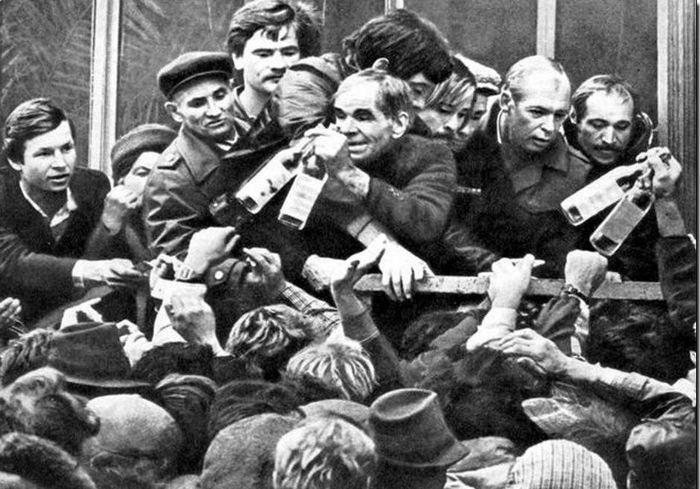 Очередь за водкой в СССР.