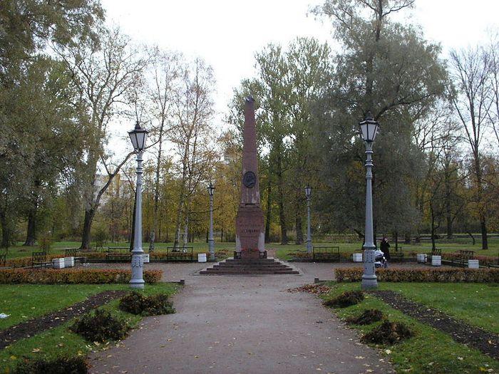 Памятник на месте дуэли Пушкина и Дантеса.