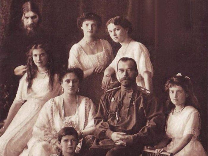 Григорий Распутин и царская семья.
