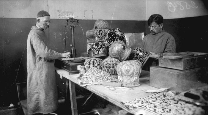 Cнятие драгоценных металлов с облачения священников, 1920-е годы