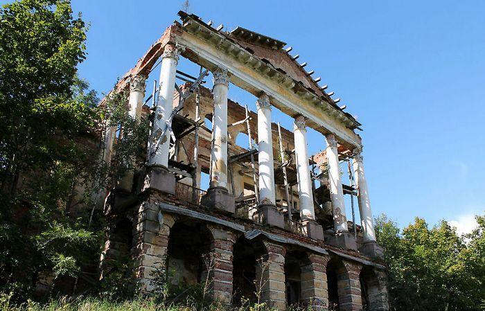 Ропшинский дворец, куда сослали Петра III, сегодня в руинированном состоянии.