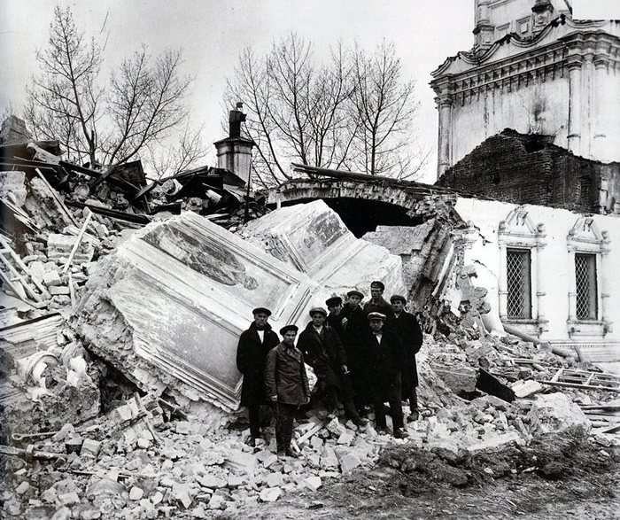 Коммунары на руинах разрушенной церкви.