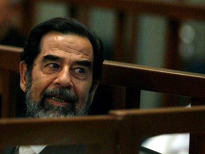 Саддам Хусейн в зале суда.