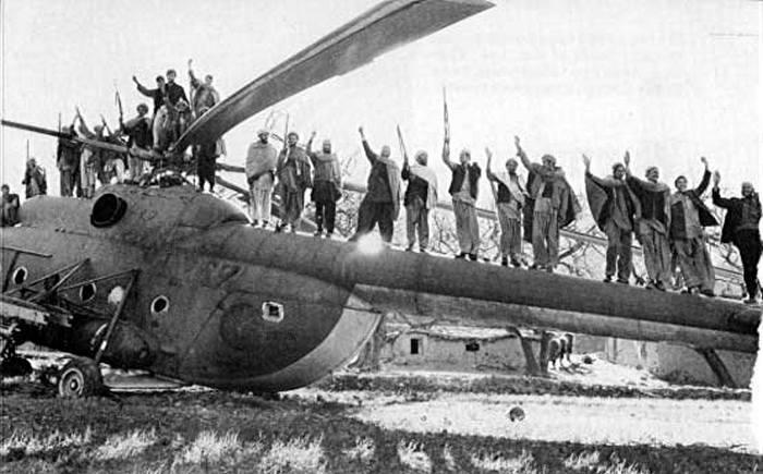 Афганские моджахеды празднуют победу на сбитом американским Стингером советском вертолёте.