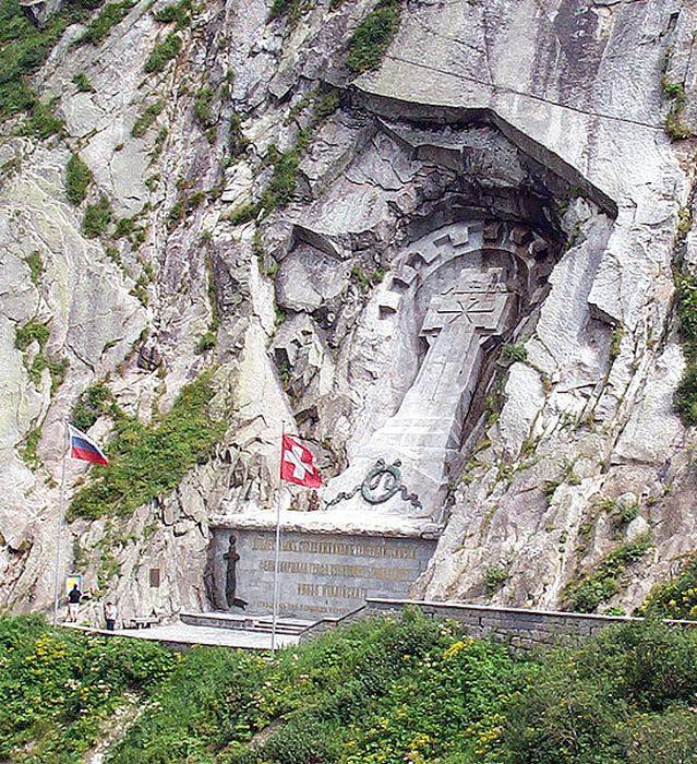 Памятник Суворову в швейцарских Альпах.