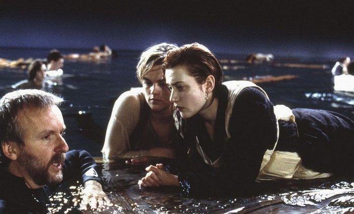 Джеймс Кэмерон даёт указания звёздам Титаника.