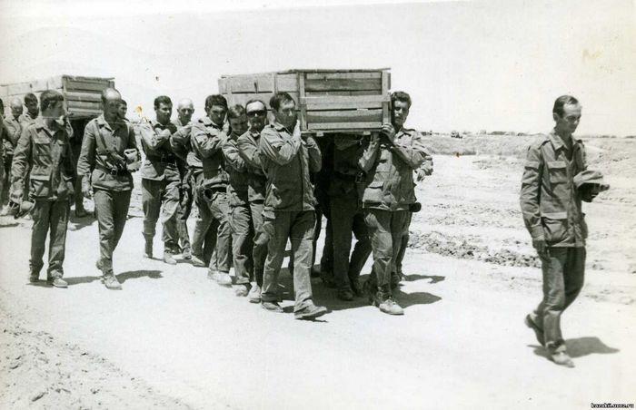 Цинковые гробы с советскими солдатами отправляют на Родину.