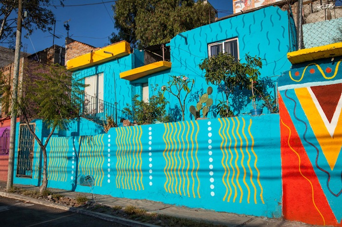 Этнические орнаменты на фасадах гармонично сочетаются с небольшими открытыми садиками на террасах