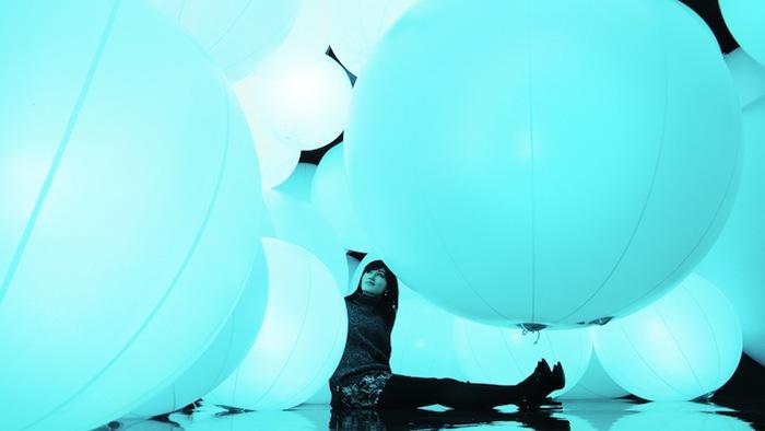 Интерактивный характер инсталляции символизирует постоянно растущую важность виртуальных контактов в современном обществе