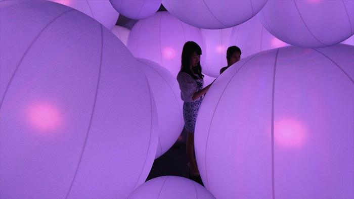 Интерактивная инсталляция teamLab в гонконгском Центре искусств