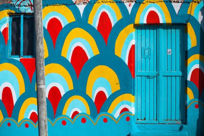 Художники украсили фасады орнаментами по мотивам искусства индейцев отоми — одного из коренных народов центральной Мексики