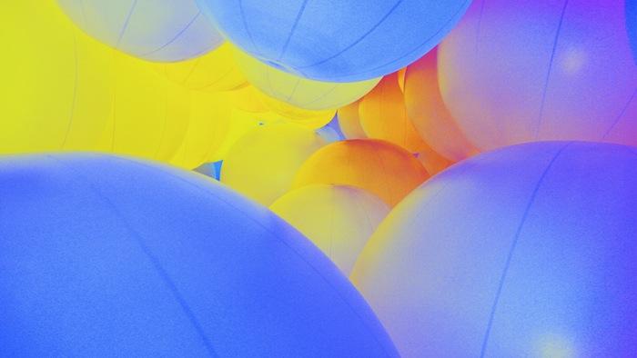 Музыка, которая звучит в выставочном пространстве, также меняется в зависимости от цвета шаров