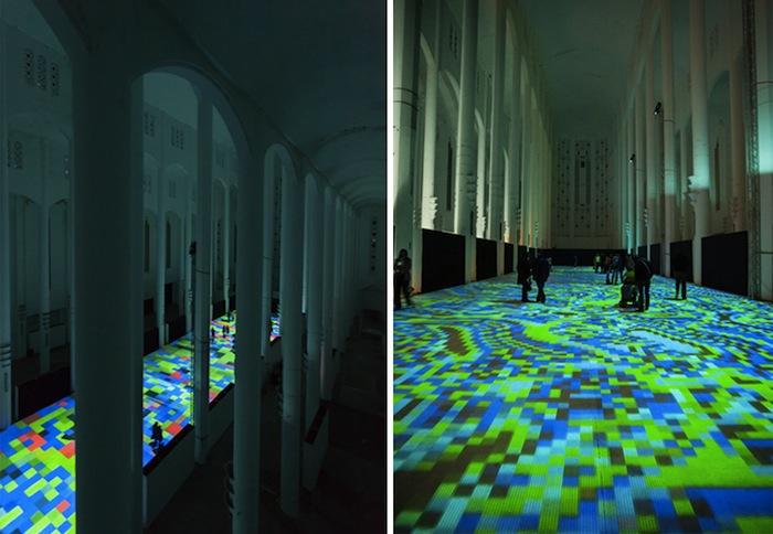 Посетители культурного центра могут свободно передвигаться прямо по поверхности экрана