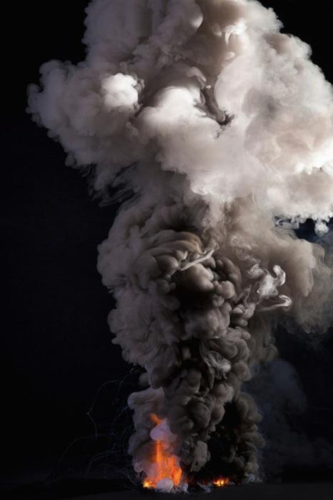 Две струи дыма, подкрашенные чёрным и белым, символизируют дуализм нашего мира