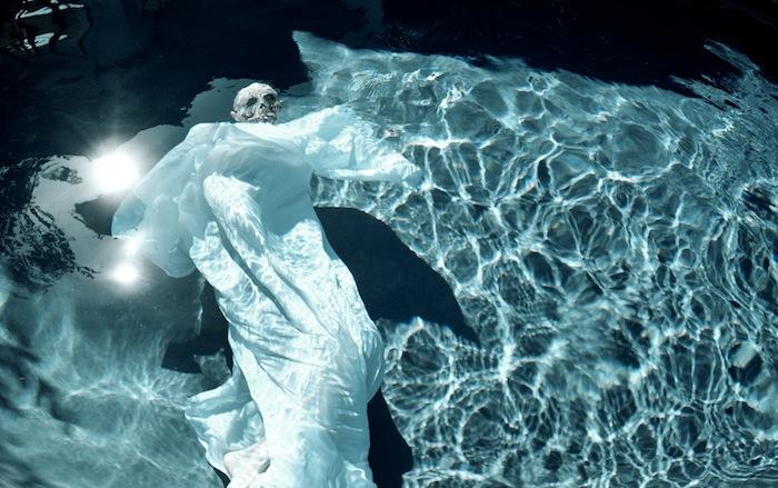 Сектант в бассейне