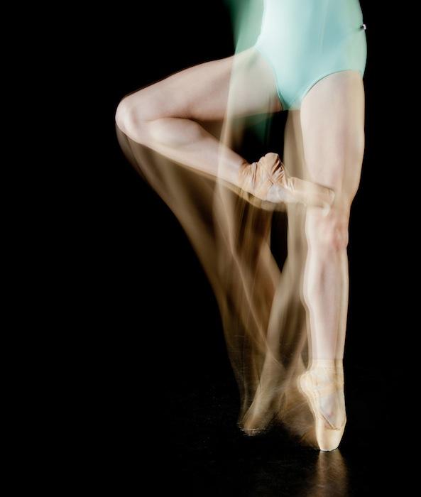 Серия фотграфий «Отпечатки танца: люди, рассекающие пространство» («Dance Prints: Humans Slicing Through Space») Хесуса Чапа-Малакары исследует язык танца