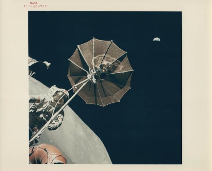 Harrison Schmitt, Юджин Сернан и антенна лунохода, сверху - растущая Земля, Apollo 17