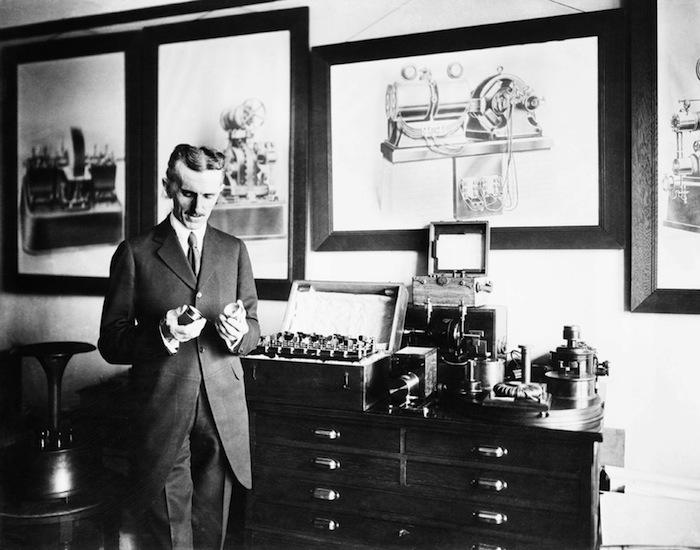 Тесла в лаборатории, 1910 год