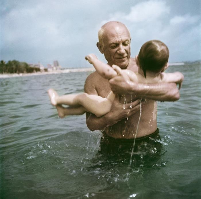 Пабло Пикассо играет в воде с сыном Клодом, Франция, 1948