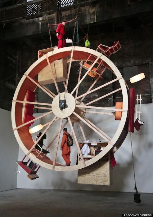 Шелли «живёт» в верхней части колеса, а Уорд в относительной безопасности нижнего яруса