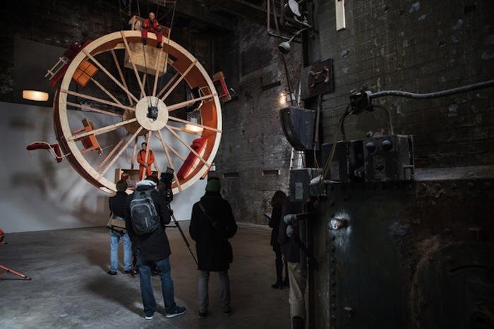 Посетители галереи могут навестить художников-хомячков и посмотреть, как устроен их временный быт