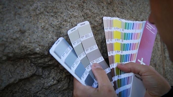 Дизайнер подбирает цвета для финального отпечатка.
