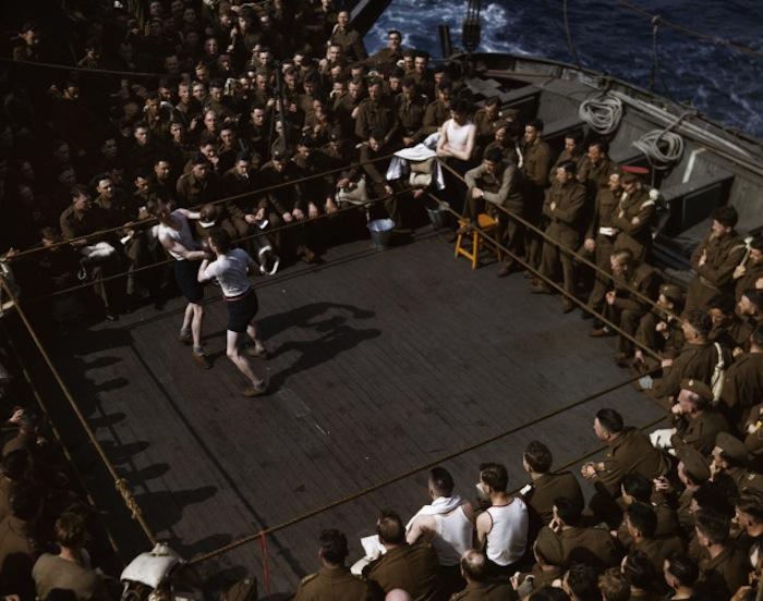 Британские солдаты смотрят состязание боксеров на палубе корабля, идущего в Северную Африку, 1943