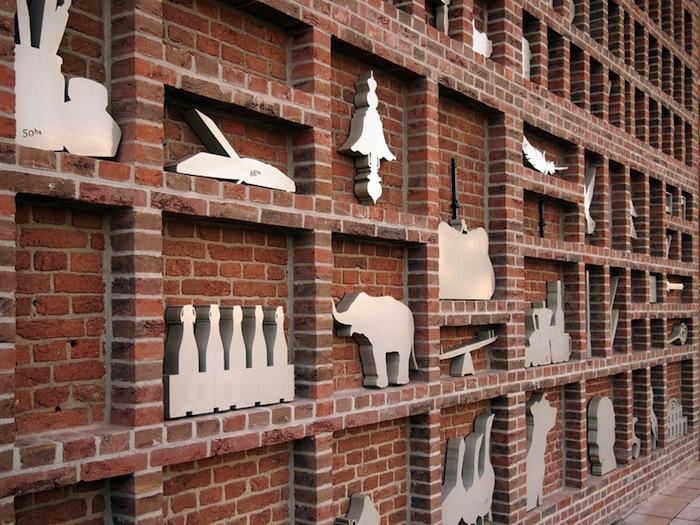 Каждый предмет, на котором выгравирован номер конкретного дома, рассказывает историю, предложенную одним из нынешних жильцов