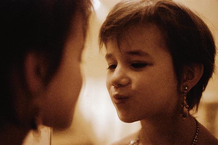 Шестилетняя Шарлотта наряжается перед зеркалом