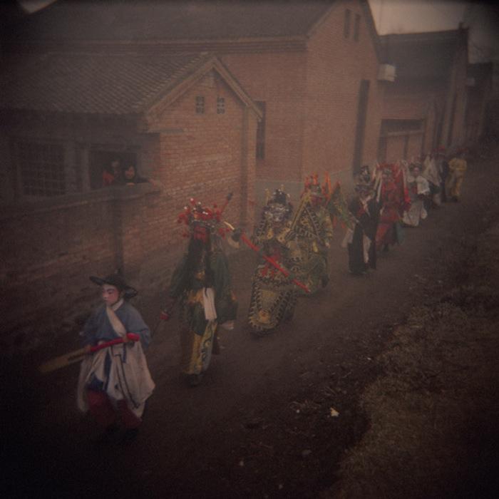 Участники фестиваля идут по деревне