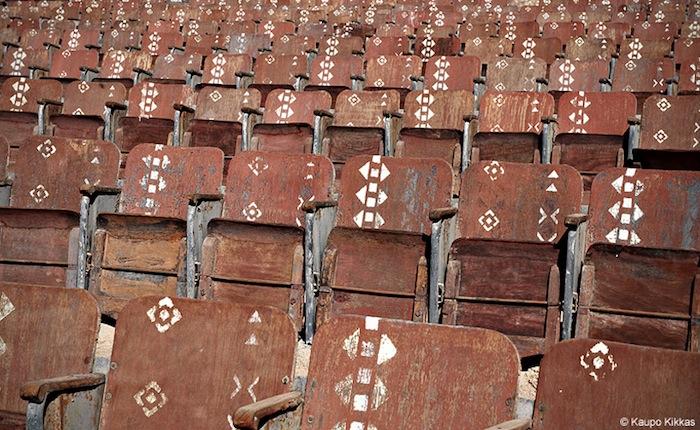 Ряды деревянных сидений напоминают руины древнего поселения, каким-то чудом сохранившиеся почти в первозданном виде
