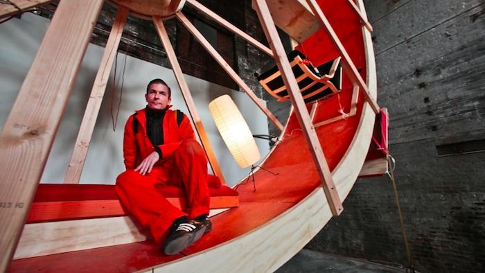 «На орбите» («In Orbit») — перформативная инсталляция Алекса Шведера и Уорда Шелли