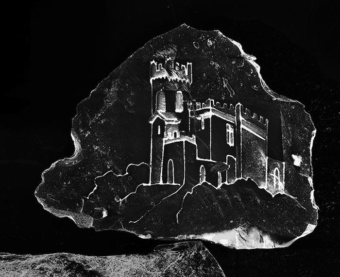 Монументальный замок умещается на крошечной, почти незаметной песчинке
