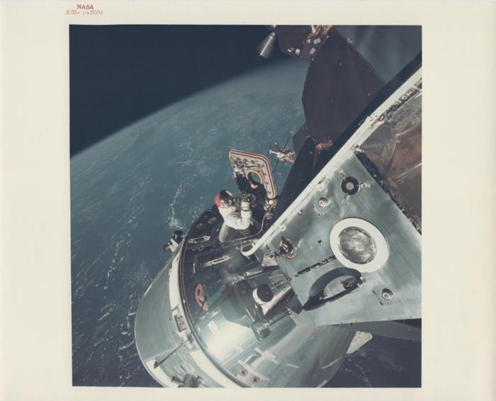 Russell Schweickart, Дэвид Скотт вылезает через открытый люк командного модуля, Apollo 9