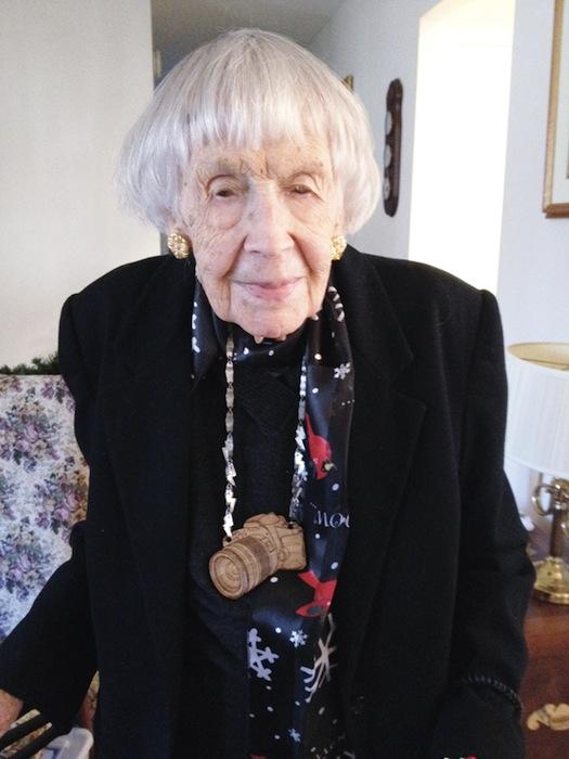 Бабушка Оливия с подарком на шее