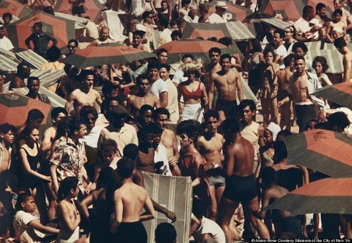 Выставка Аарона Роуза (Aaron Rose) «В их собственном мире: Кони-Айленд на фотографиях» («In a World of Their Own: Coney Island Photographs»)