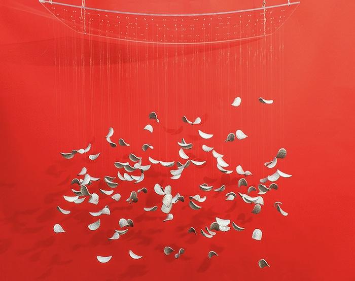 Кинетическая инсталляция из 150-ти посеребренных лепестков в форме чипсов Принглс.