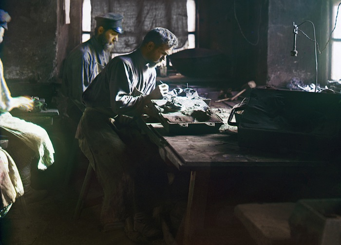 Каслинские мастера за работой, примерно 1910 год